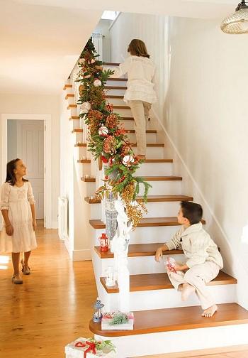Рождественское украшение лестницы
