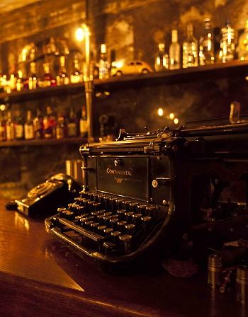 Старая печатная машинка в интерьере ресторана