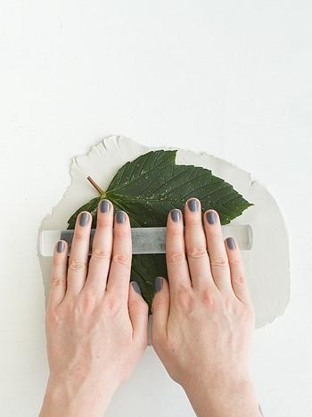 Вдавливаем лист в глину