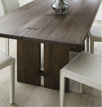Обеденный стол из цельного ореха