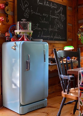 Винтажный холодильник голубого цвета