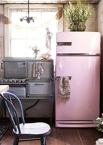 Винтажный холодильник розового цвета
