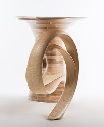 Красивый деревянный стол