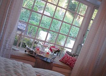 Поднос в спальне