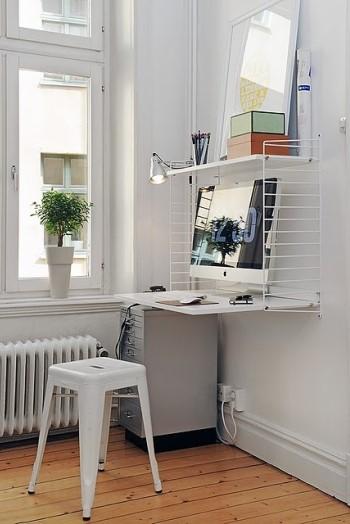 Компьютер около окна