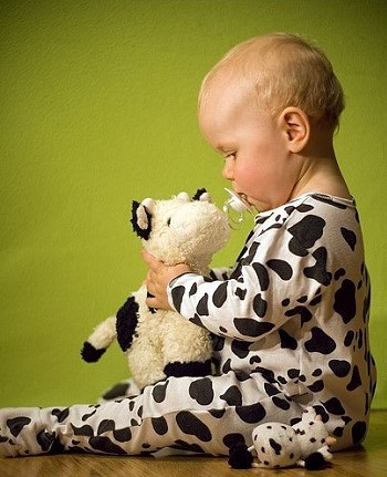 Ребенок в костюме коровы