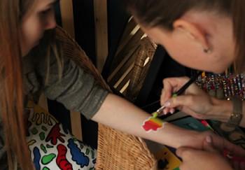 Рисунки на руках детей