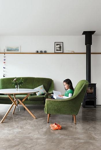 Зеленый диван и зеленое кресло