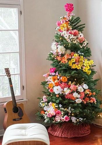 Елка, украшенная цветами