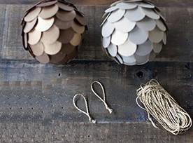 Почти готовые елочные шары шишки