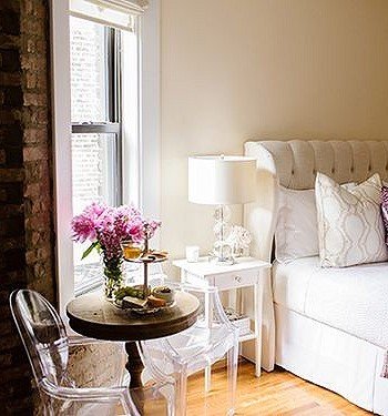 Прозрачная мебель в спальне