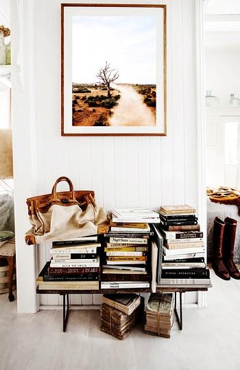 Книги и картина