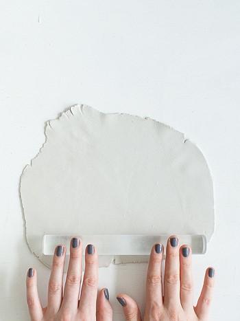 Раскатать кусок глины