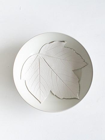 Кладем глиняный лист в миску