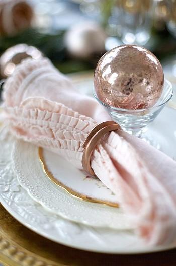 Розовый цвет в декоре стола