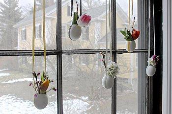 Вешаем вазочки на окно