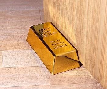 Стоппер для двери в виде золотого слитка