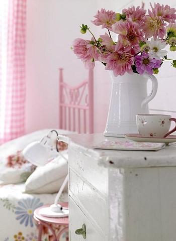 Цветы на прикроватном столике