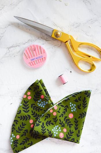 Ножницы, нитки и ткань
