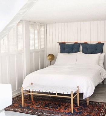 Ковер около двуспальной кровати