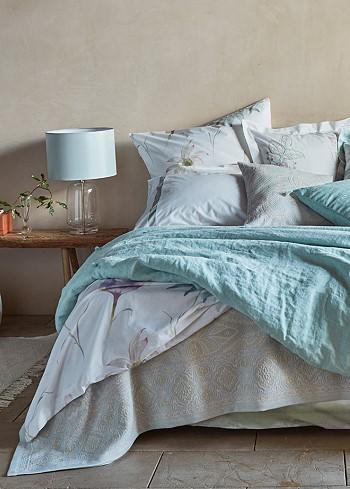 Голубой и бирюзовый цвет в декоре спальни